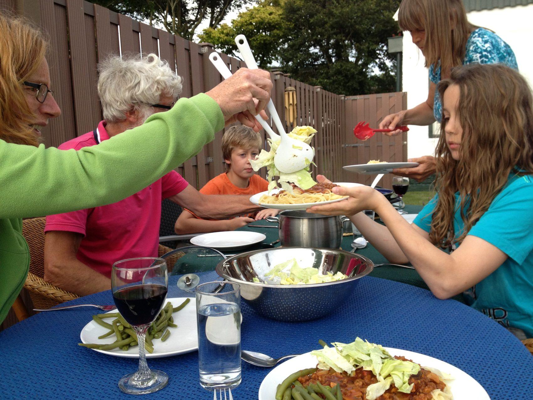 Buiten eten met opa en oma