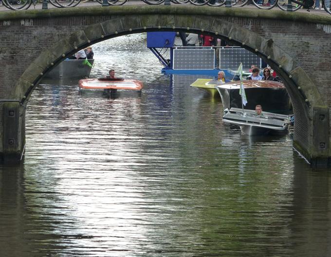 Solar boats onder Amsterdamse brug